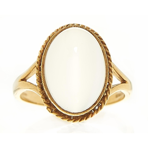 11 - A moonstone ring in 9ct gold, London 2001, 4.1g, size O