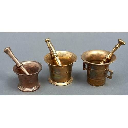 1186 - One bell metal and two brass pestles and mortars, 19th c, mortars 9-11cm h