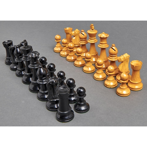 1065 - A Staunton style chess set, boxwood and ebonised, weighted, kings 9.5cm h, in a felt lined brown fab...