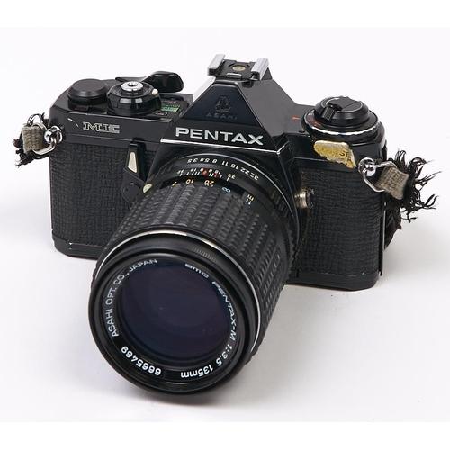 425 - A Pentax ME SLR 35mm camera, with SMC Pentax-M 135mm F2.8 lens