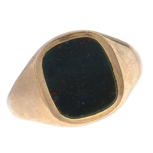 539 - A 9ct gold signet ring, with blind bloodstone matrix, London 1963, 4.6g, size R