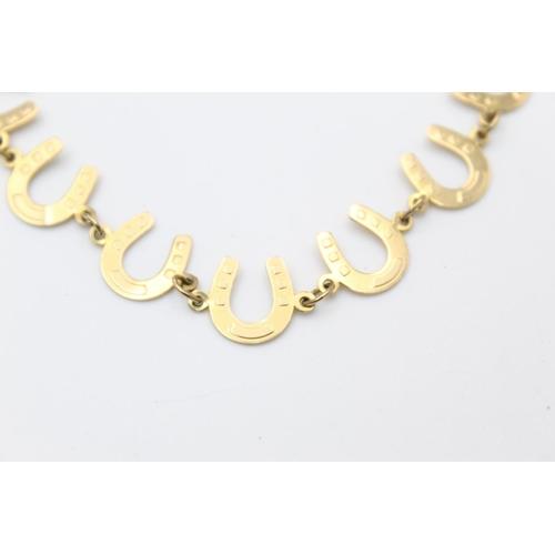 38 - 9ct gold horse shoe panel bracelet 4.1g