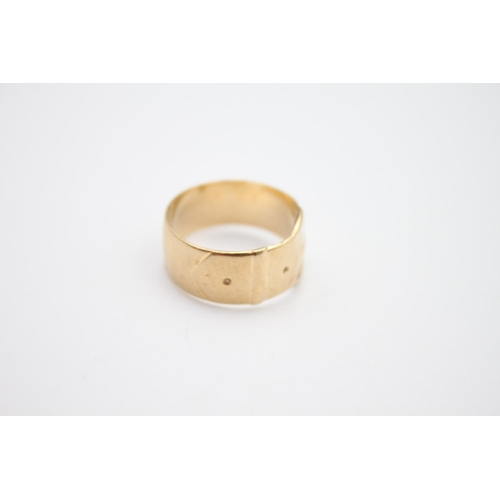 46 - vintage 9ct gold Fred Manshaw 1970s hallmarked buckle motif wide band ring 4.2g Size O