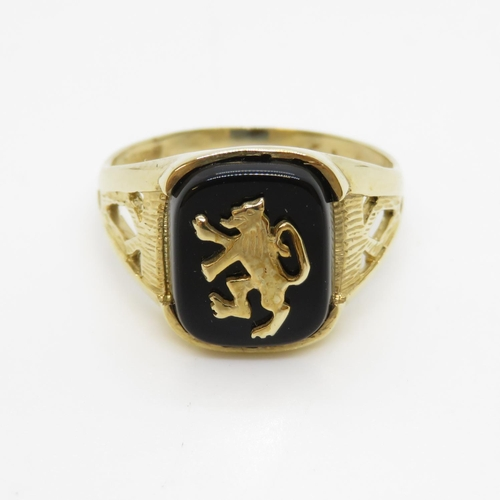 31 - 9ct gold signet ring with rampant lion 3g size P