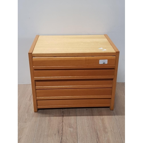 40 - MODERN SOLID OAK MINIATURE CHEST WITH 5 GLASS TOPPED DISPLAY DRAWERS...
