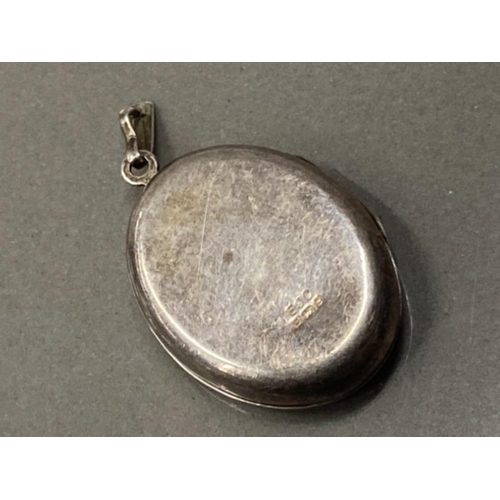 21 - SILVER OVAL LOCKET ENGRAVED INITIAL E.H.MARK BIRMINGHAM 1977 4.1G