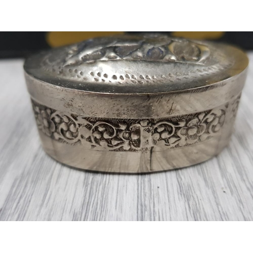 52 - SMALL WHITE METAL PILL BOX HOLDING 10 EDWARDIAN PLUS 12 VICTORIAN BRONZE FARTHINGS INCLUDING 1860 81...