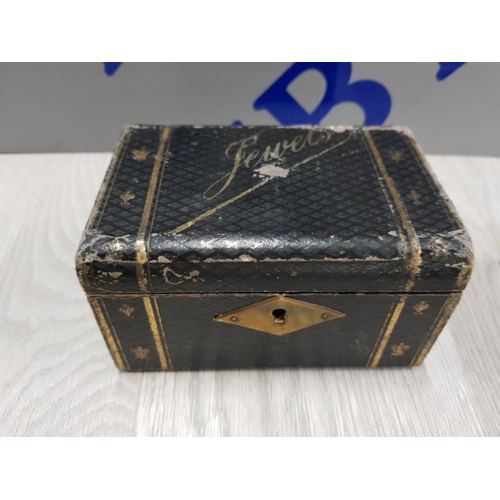 22 - BLACK JEWELLERY BOX CONTAINING NEAR 100 GEORGE V FARTHINGS TOGETHER WITH COLLECTORS PLASTIC POD BOX ...