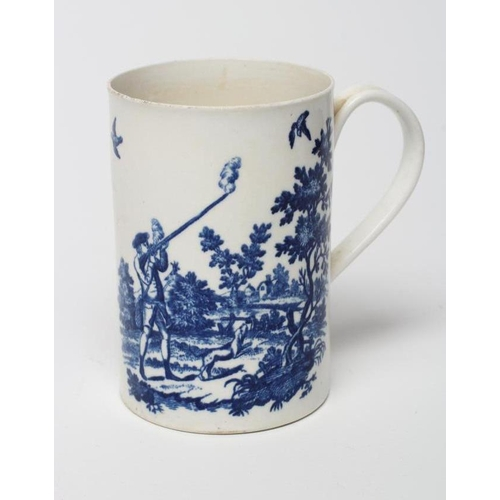 39 - A FIRST PERIOD WORCESTER PORCELAIN MUG, c.1775, of cylindrical form printed in underglaze blue with ...