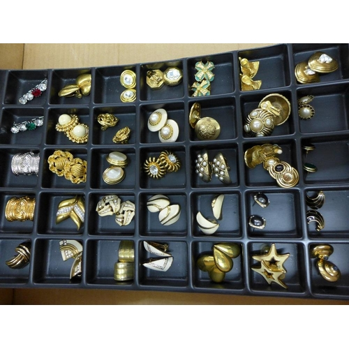 51 - A large quantity of costume jewellery to include necklaces, scarf rings, and clip on earrings, etc (...