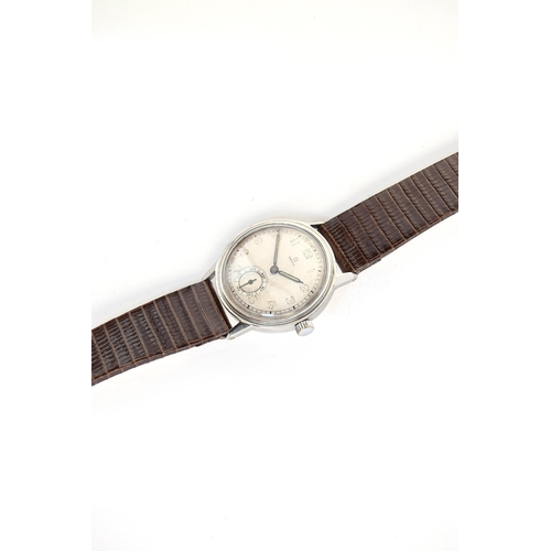 49 - A GENTLEMAN'S STEEL OMEGA WRIST WATCH CIRCA 1939, CASE NO 19, PARCHMENT DIAL, SYRINGE HANDS, ARABIC ...