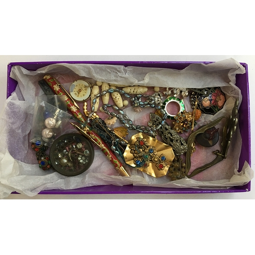 20 - Mixed lot of costume jewellery to include a white metal Art Deco brooch, a For Home and Country badg...