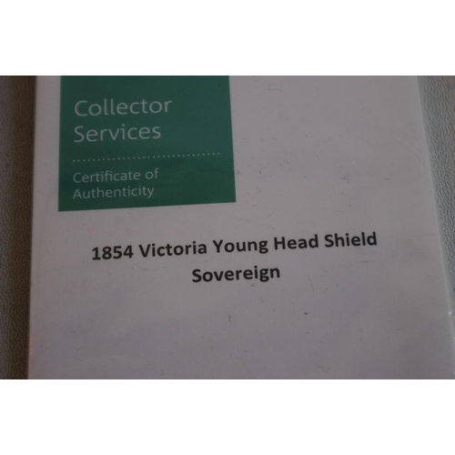 20 - A VICTORIAN 1854 SHIELD BACK SOVEREIGN IN ROYAL MINT COLLECTORS SERVICES PACKET