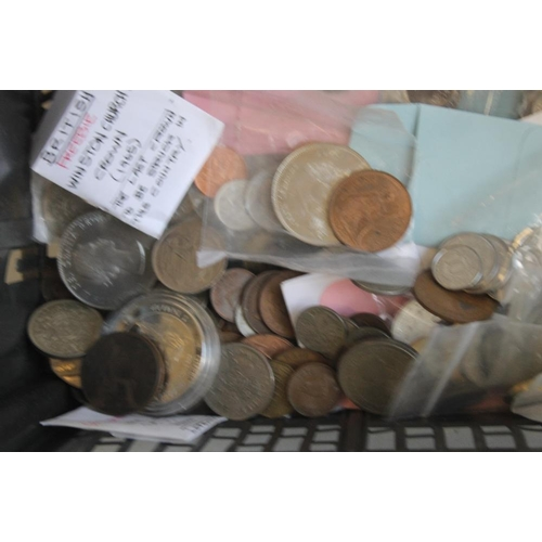 60 - A COLLECTION OF BRITISH AND WORLD COINS, to include a 1996 uncirculated set, 2000 Queen Mother £5 in...