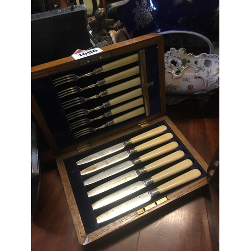 1096 - Twelve piece cutlery set in wooden case....