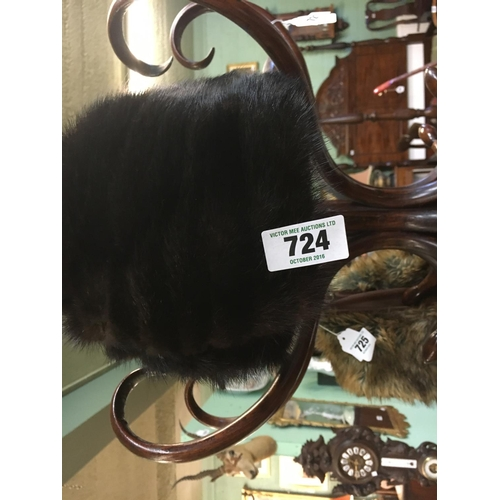 724 - Ladies Mink fur hat....