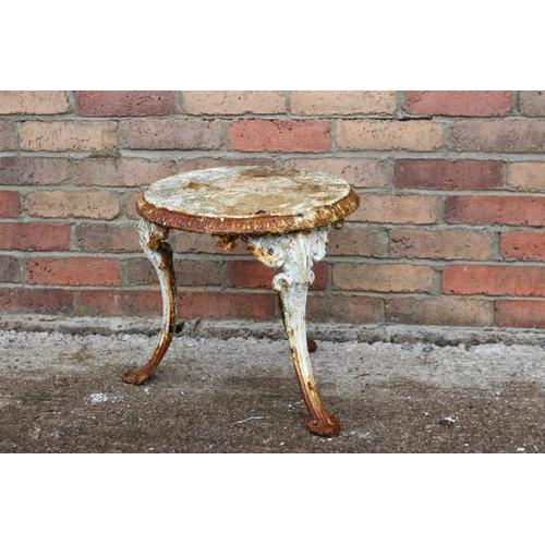 116 - Decorative cast iron garden table {370 cm H x 400 cm Dia}....