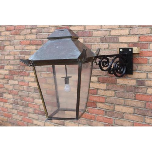 411 - Brass wall light with metal bracket {80 cm H x 50 cm W x 90 cm D}....