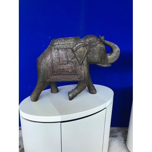 7 - Pair of brass elephants with embossed decoration W 60 H 50 D 24...