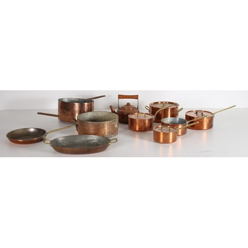 29 - A COLLECTION OF COPPERWARE to include saucepans frying pan skillet together with a desk lamp (11)