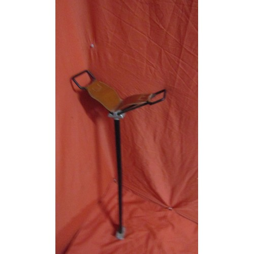 29 - LADIES LEATHER TOPPED SHOOTING STICK...
