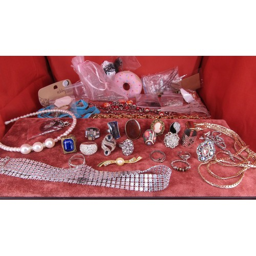 28 - A LARGE COLLECTION OF COSTUME JEWELLERY INCLUDING RINGS ,NECKLACES ETC
