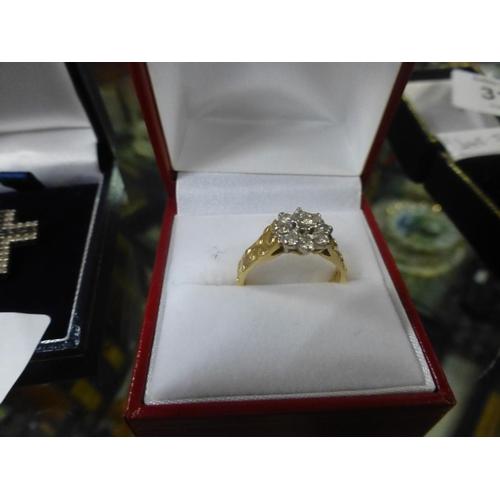 320 - 18CT GOLD, DIAMOND 'DAISY' RING (N)...