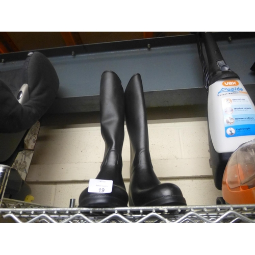 19 - PAIR OF RIDING BOOTS (41)