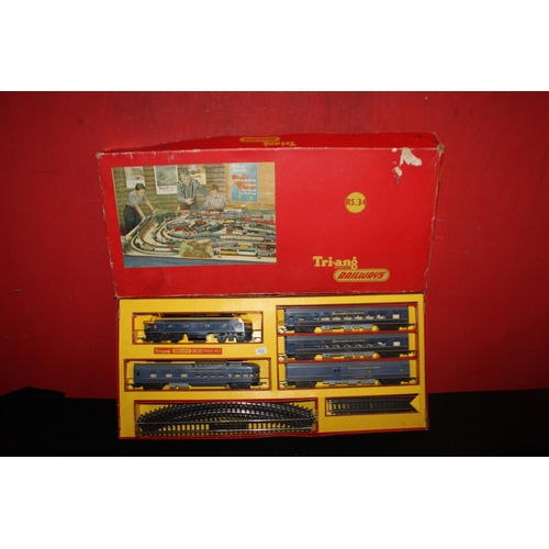 345 - Triang rs34 train set blue transcontinental lock and 4 coaches...