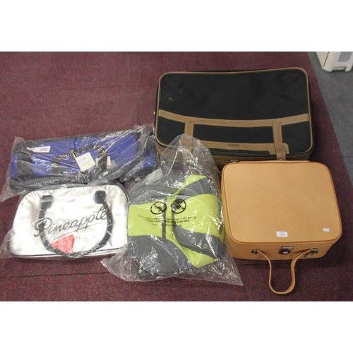 7 - 1 x crown suitcase with 3 x new in packaging bags