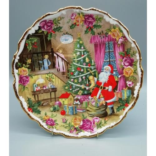 43 - Royal Albert Plate 'Christmas Surprise' (1992)...