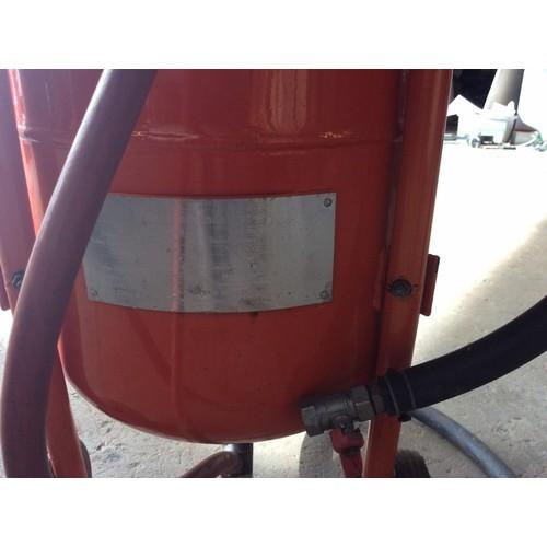 7 - COLLECTION PAR; plus VAT Sandblasting pot, with water separator, pressure hose and nozzle