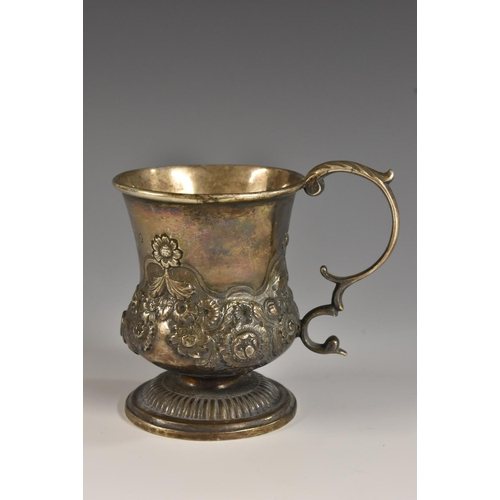 37 - A George IV silver campagna child's mug, chased with flowers and scrolling leaves, acanthus capped d...