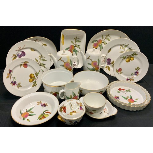 157 - A Royal Worcester Evesham pattern part oven and table service inc flan dishes, rectangular bowl, ova...
