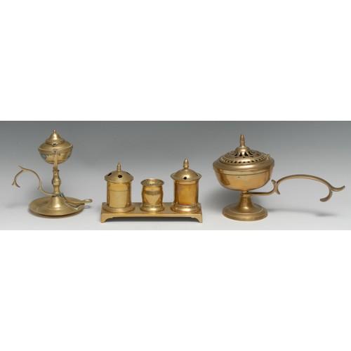 3189 - A George III brass rectangular inkstand, comprising two wells centred by a pounce pot, bracket feet,...
