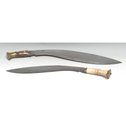 3895 - A large Indian kukri, 47cm blade chased with flowerhead motifs and borders of arcs, hardwood grip in...