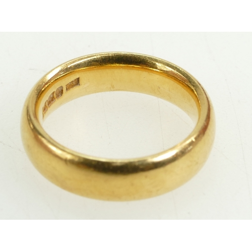 1284 - 22ct gold wedding ring / band, UK size L 1/2. 2.6g....
