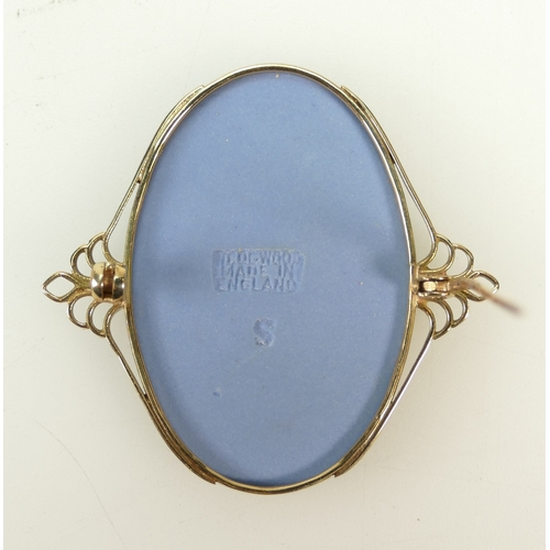 1336 - 9ct Gold Brooch set with Wedgwood oval tri coloured pendant...