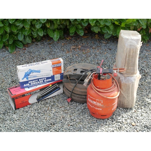 21 - Gas burner, folding boxes, grease gun, tile cutter, foot pump and 2 tyres...