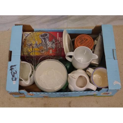 48 - Box of kitchenalia...