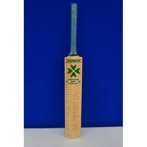 45 - Autographed cricket bat of 2004 Worcestershire team signed by Ali, Moody, Hick, Andy Bichel, Batty e...