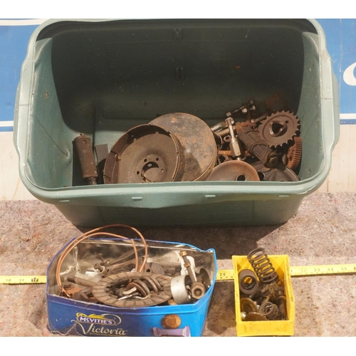 32 - Ariel gearbox and engine parts