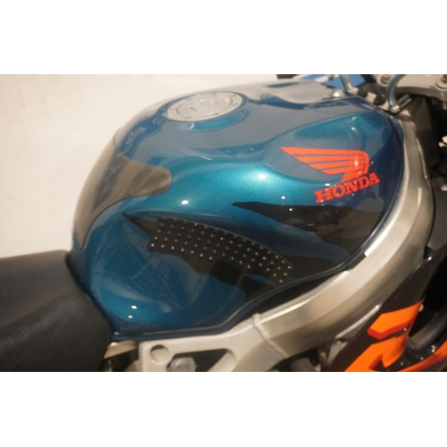 832 - Honda CBR 900RR Fireblade. 1999. 998cc. c/w old MOT, Honda Fireblade manual. Reg. V211 FOT. V5, key