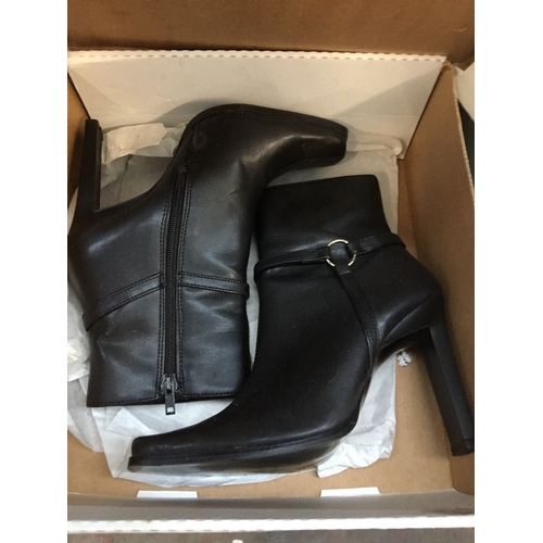 24 - A pair of ladies boots size 3...