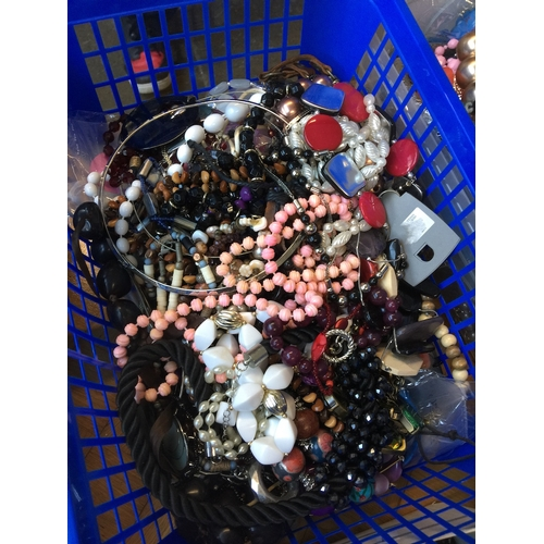 972 - A box of misc vintage and modern costume jewellery...
