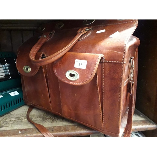 37 - A vintage leather carrier bag in Gladstone manner...