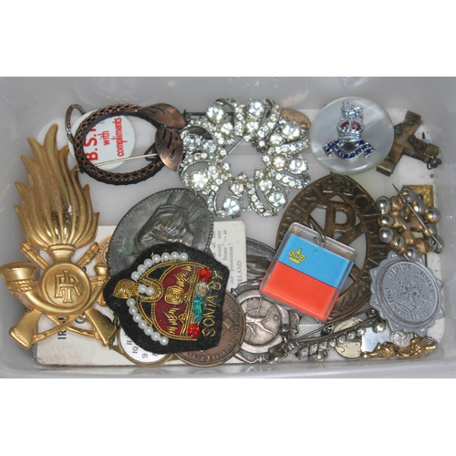 26 - A tray of bric a brac including a cap badge etc....