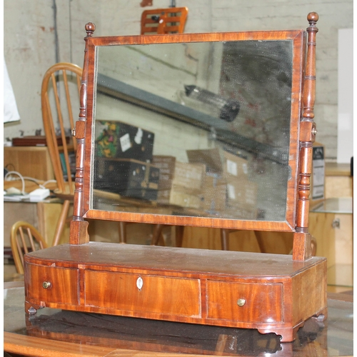 19 - A George III mahogany toilet mirror with turned supports, three drawer base and stood on bracket fee...