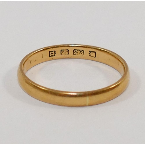 189 - A 22 carat gold wedding band, London 1935, 3mm wide, finger size P, 3.3g...