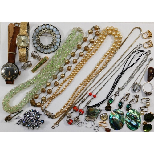 194 - A quantity of costume jewellery including an agate set horseshoe stick pin, a turquoise set scarf pi...